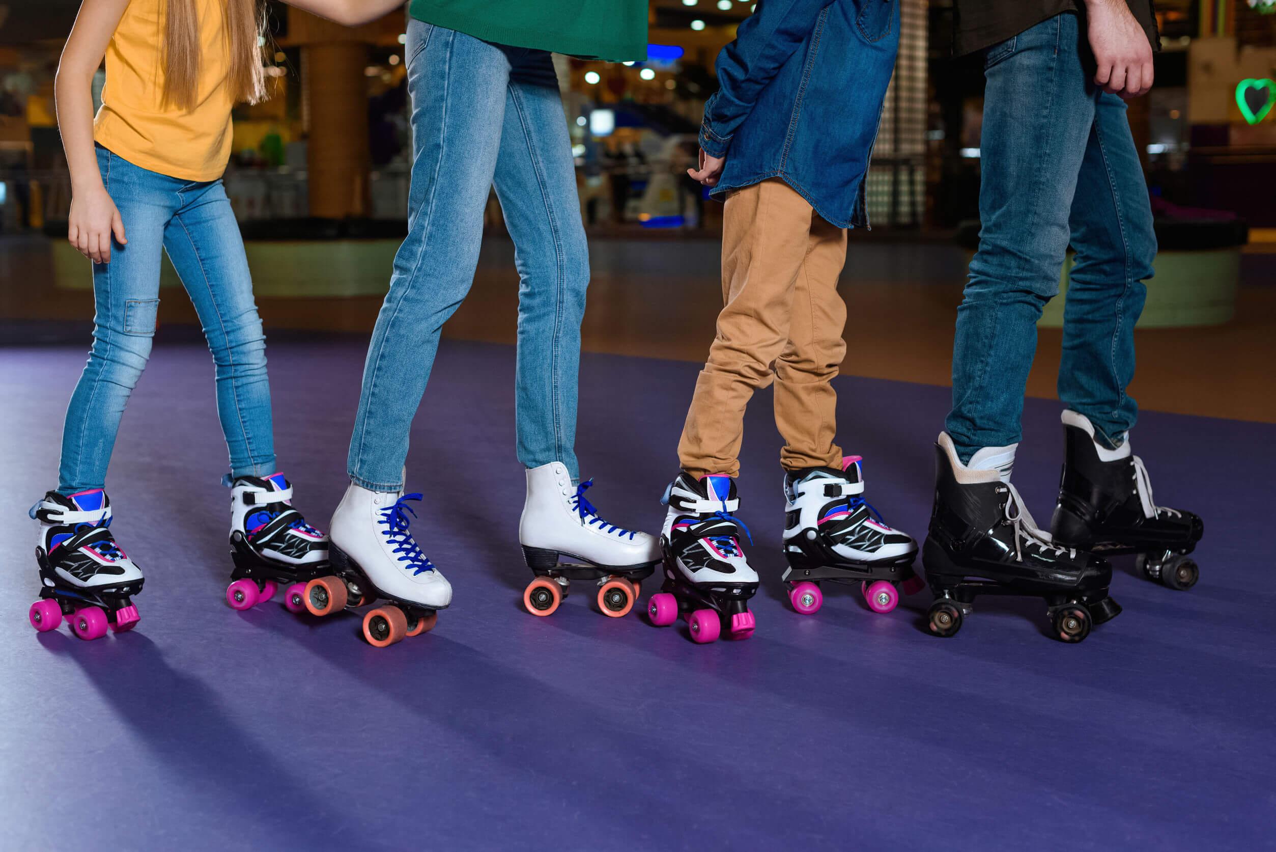 Entre los ejercicios para realizar en familia se encuentra el patinaje.