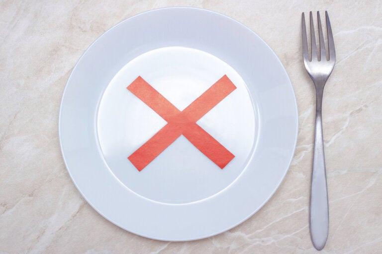 ¿Es saludable saltarse la cena o el desayuno para perder peso?