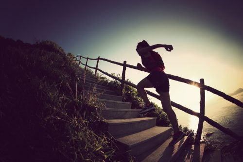 mujer-subiendo-escaleras