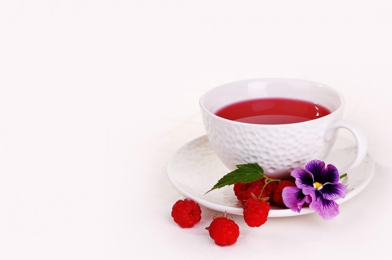 Té de frambuesas, uno de los remedios caseros para combatir el dolor menstrual.