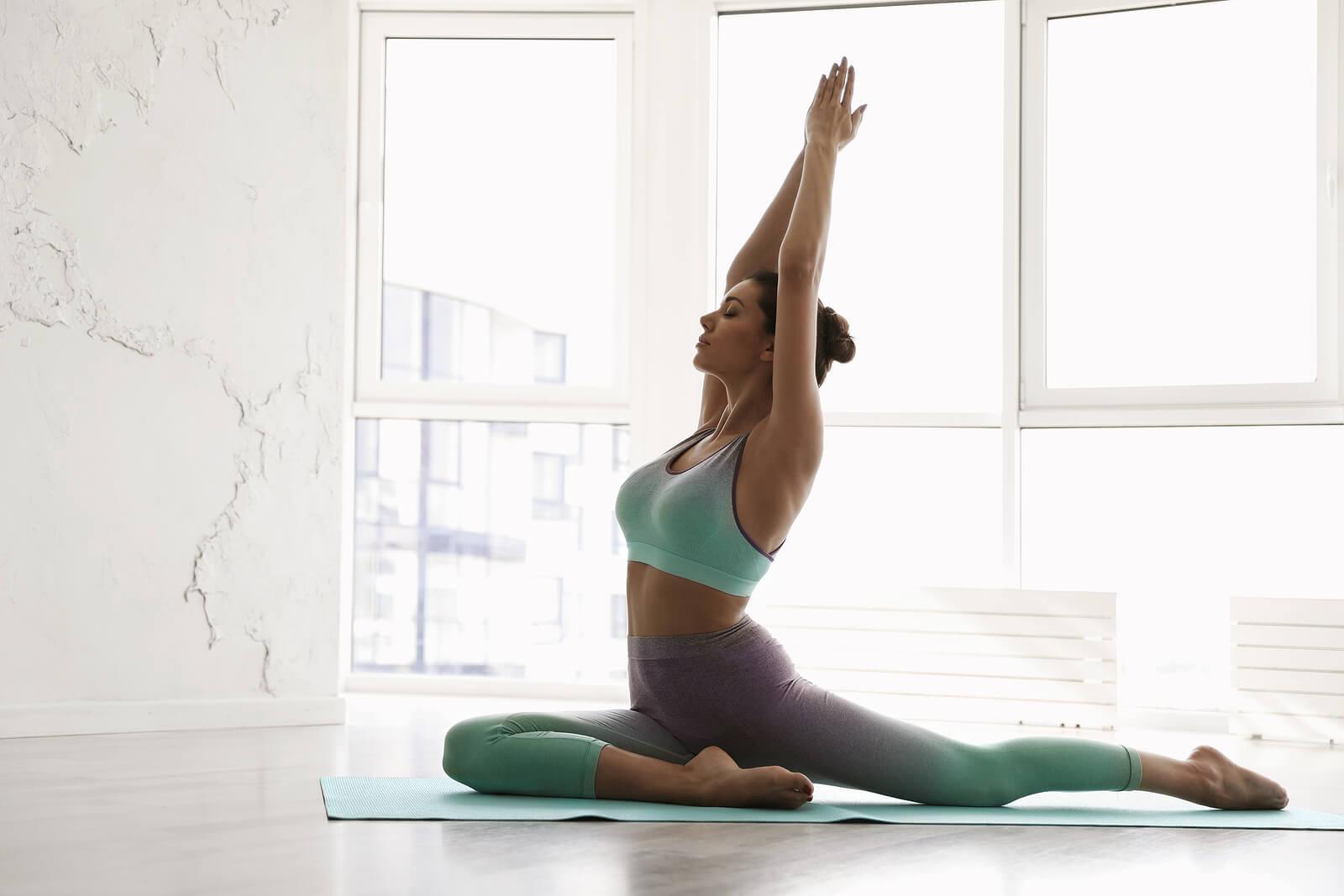 Ardha kapotasana, la postura de la paloma en yoga.