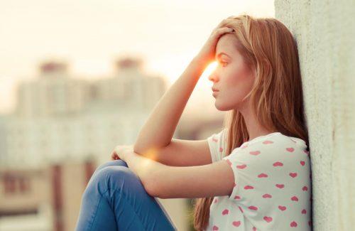 Mujer triste que necesita inteligencia emocional