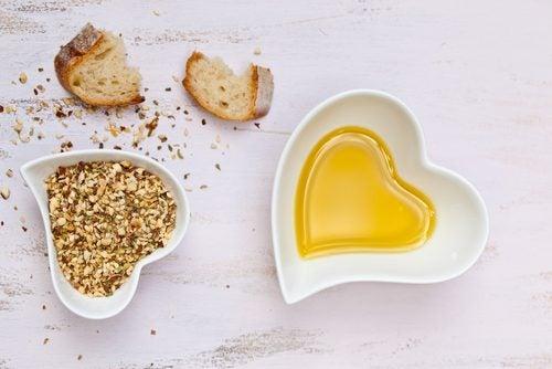 Pan, semillas y aceite en cuencos con forma de corazón