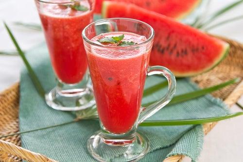 El jugo de sandía puede ser una de las bebidas detox para bajar de peso.