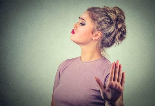 encajar mejor las críticas: mujer poniendo límites