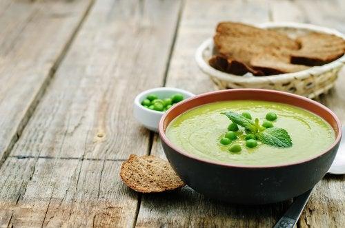 Cómo hacer una sopa cremosa de guisantes y tocino