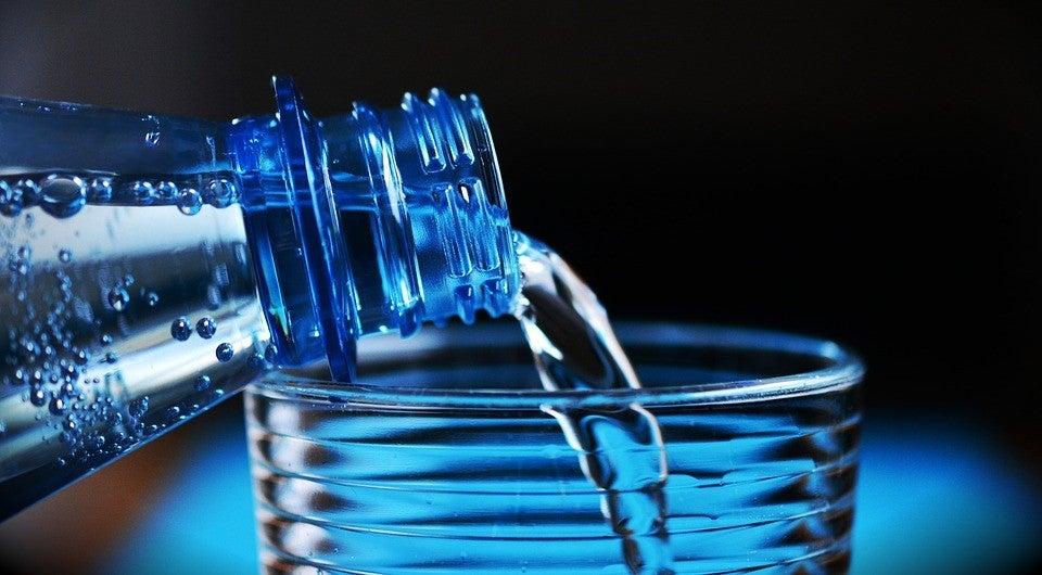 Beber agua para mantenerte hidratado.