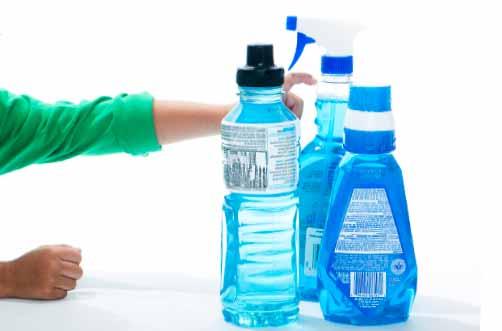 Niño agarrando botellas de cloro