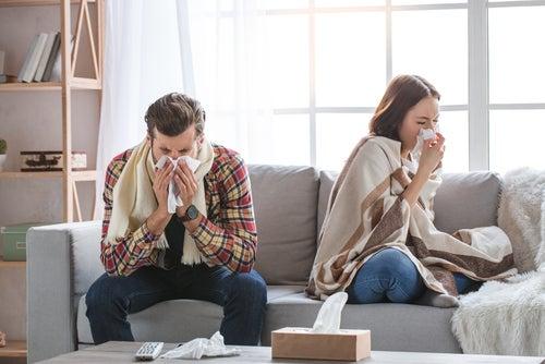 Pareja contagiada de difteria tosiendo