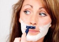 Mujer con exceso de vello facial afeitándose