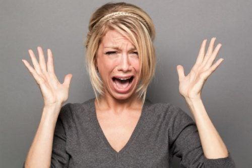 mujer exasperada