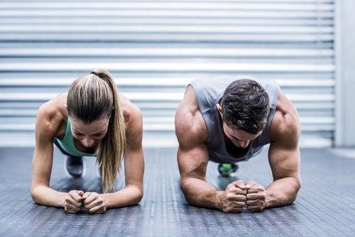 Pareja realizando planchas: actividad física en adultos