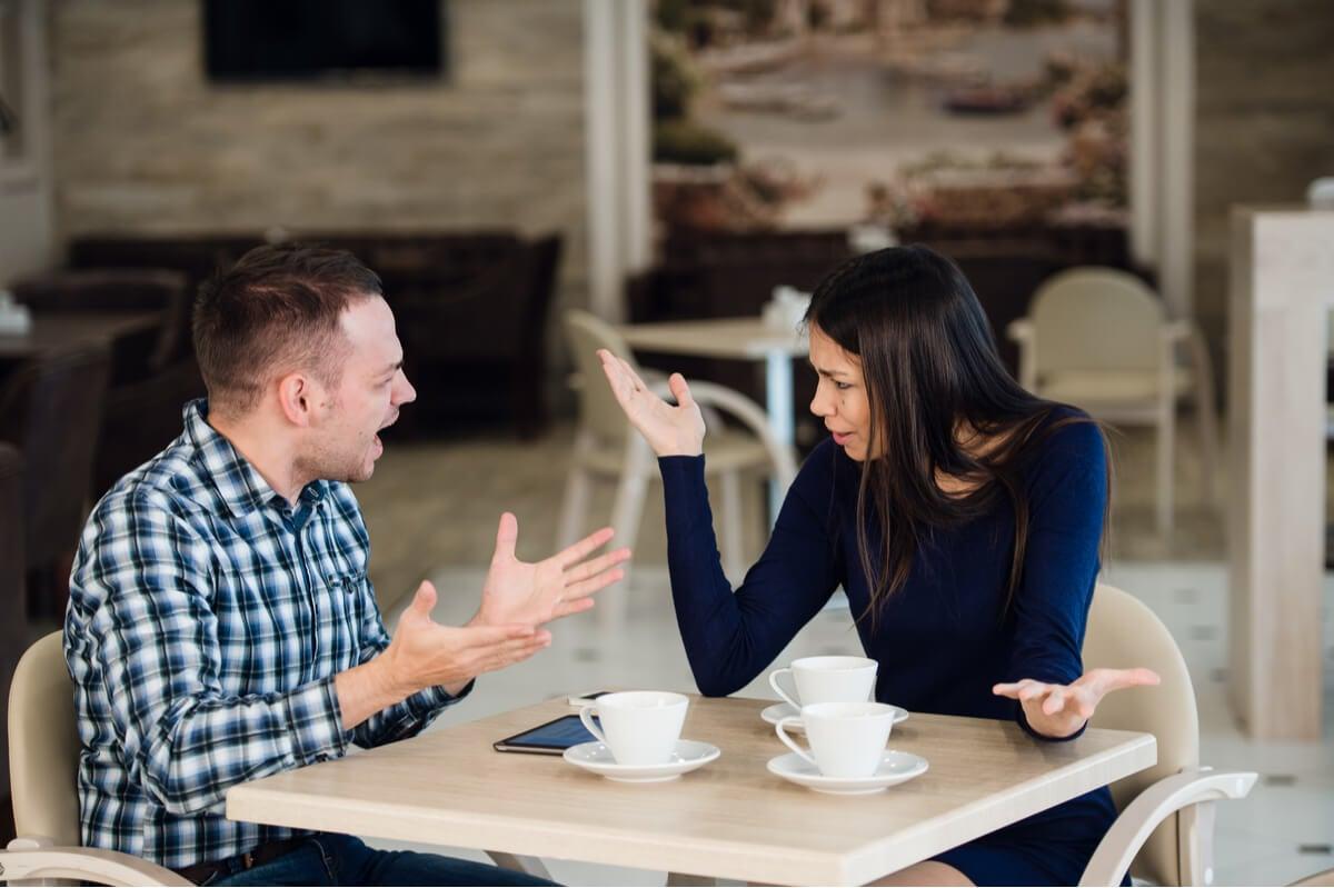 Hombre enfadado por ser una persona celosa