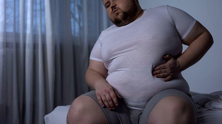 Hombre obeso con reflujo.