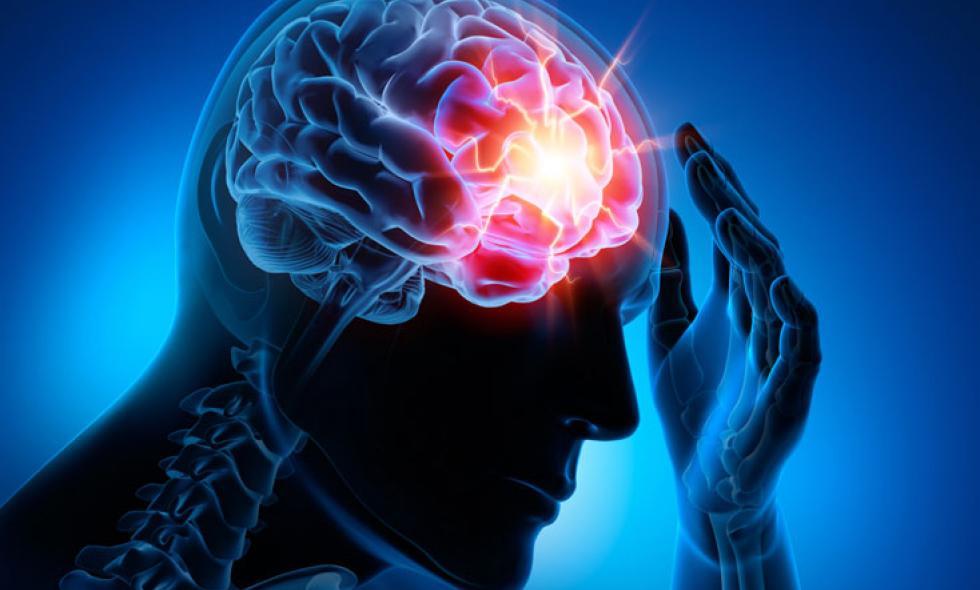 hombre que sufre enfermedades cerebrovasculares
