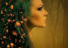 mujer con hojas en el pelo que valora ser uno mismo