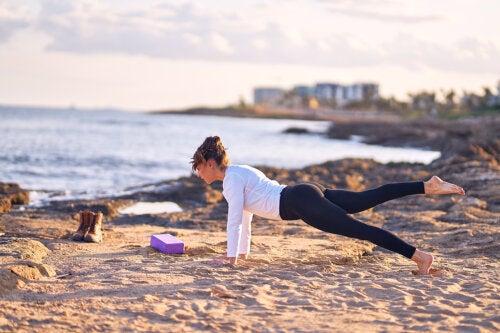 5 posturas de yoga que te ayudan a lucir un vientre más plano