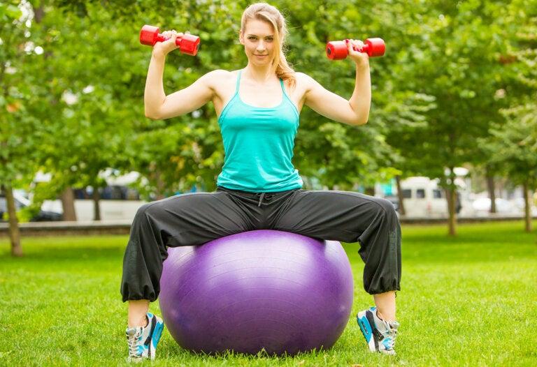 5 ejercicios para glúteos que puedes hacer con una pelota