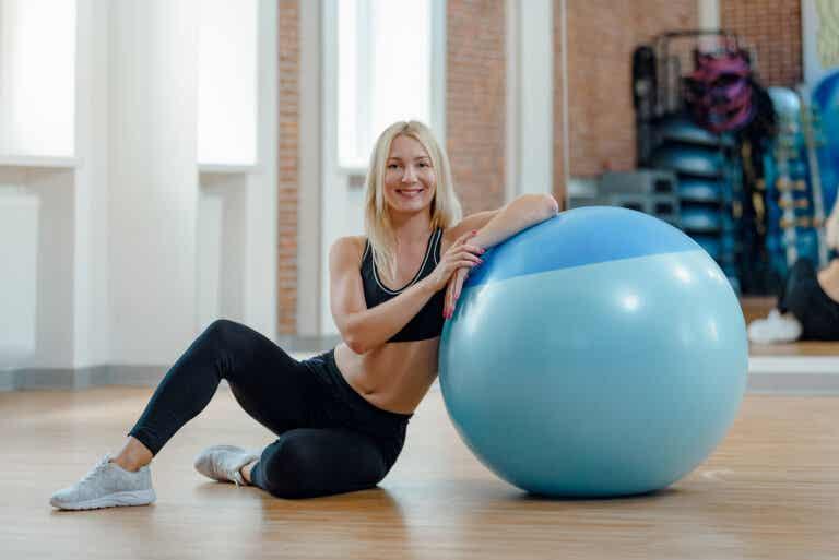 El fitball para aliviar el dolor y fortalecer la zona lumbar