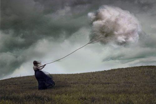 Mujer sujetando una nube