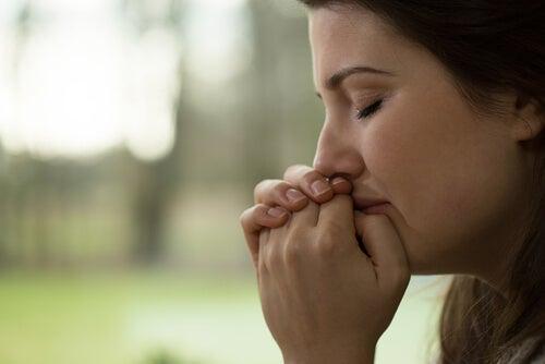 Mujer triste con los ojos cerrados