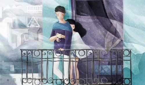 pareja abrazada en un balcón