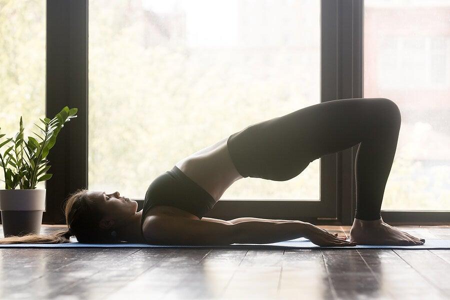 Postura del puente. Yoga.