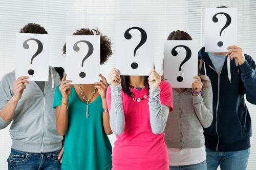 personas-con-papel-con-pregunta