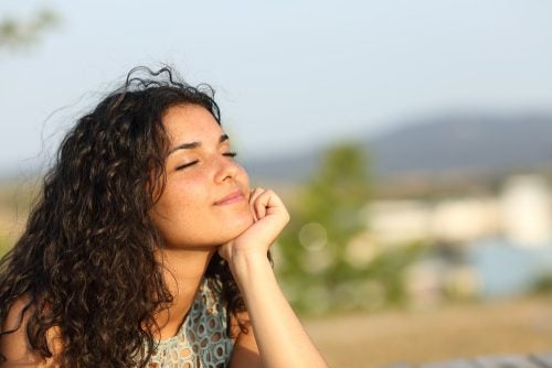 mujer feliz con su vida