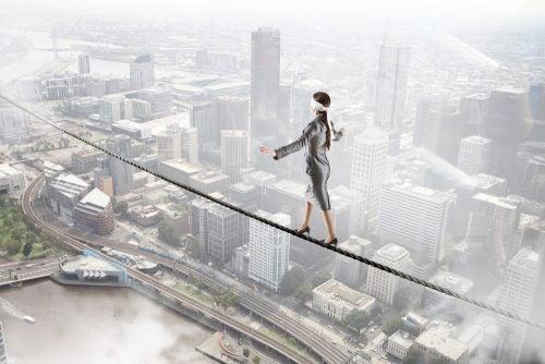 mujer manteniendo el equilibrio