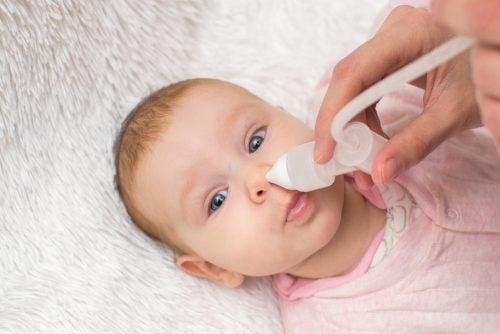 bebé-con-solucion-salina