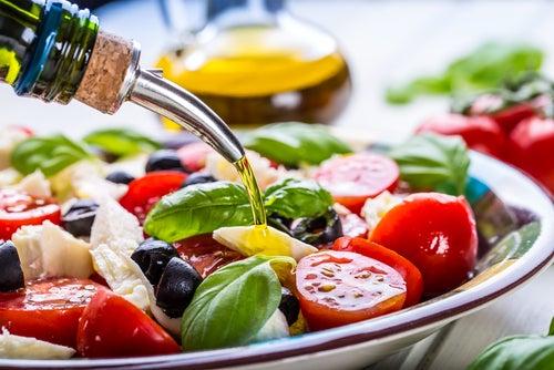 Ensalada de tomate, aceituna negra, canónigos y atún con aceite de oliva