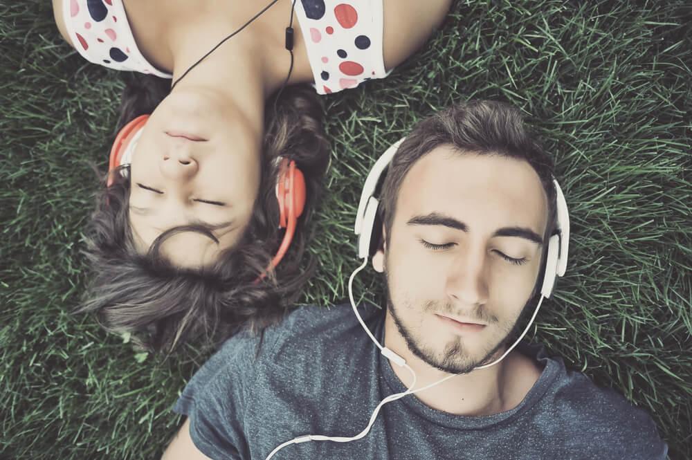 Escuchar música con un implante coclear.