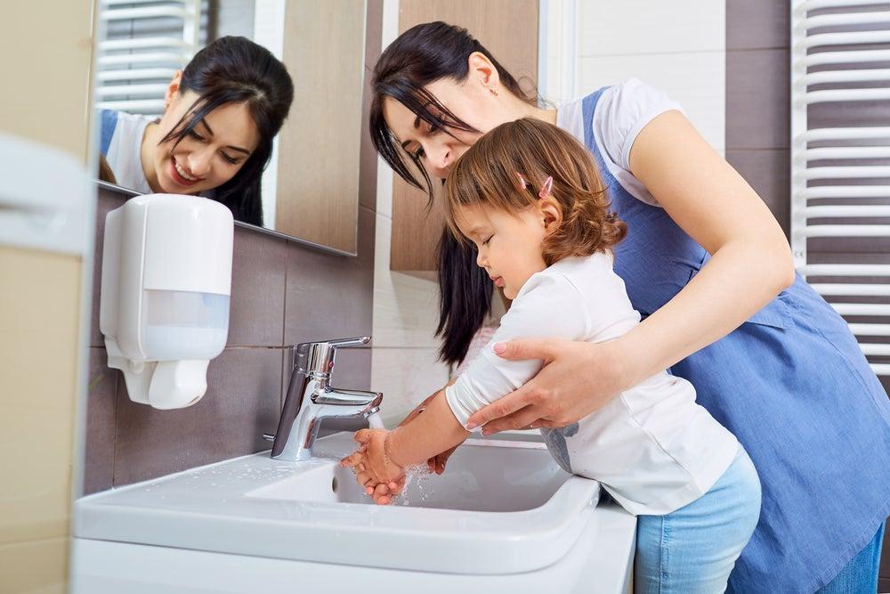 Enseñar a nuestros hijos las normas básicas de higiene es una manera de prevenir el virus Coxsackie