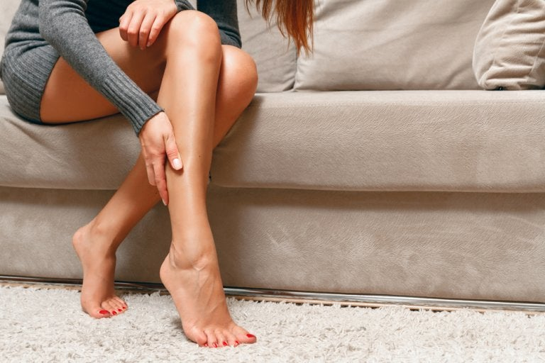 ¿Cómo reducir el dolor de un calambre en la pierna?