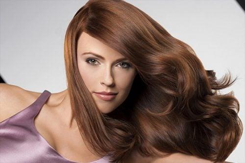 Mujer con el pelo castaño