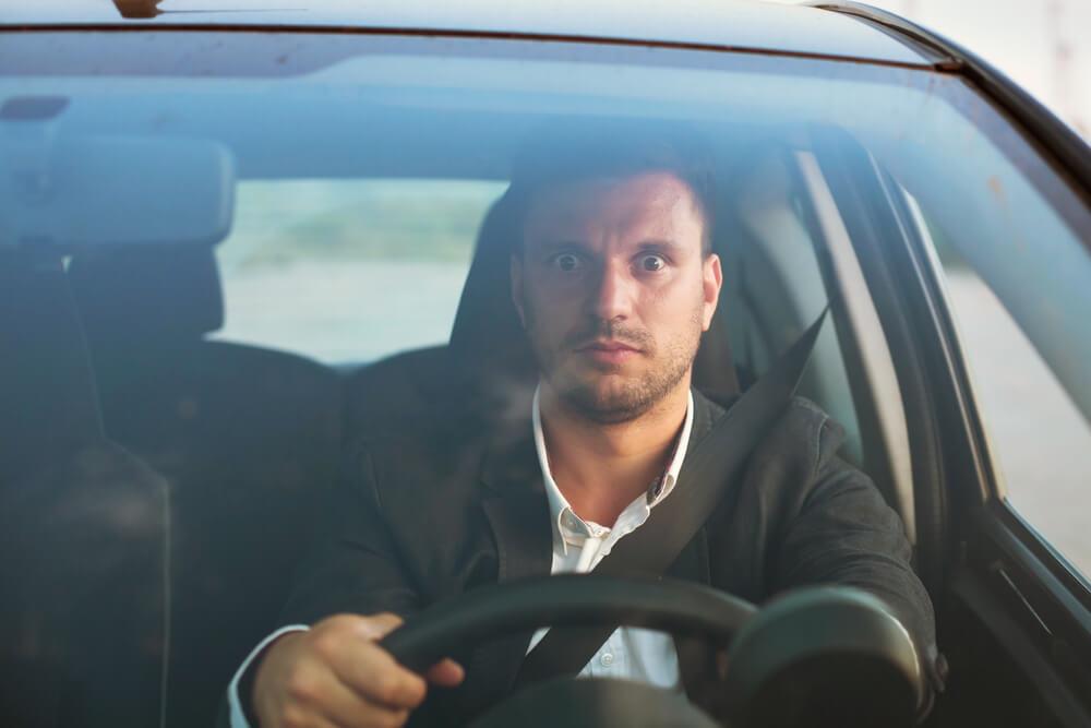 Hombre con miedo de conducir