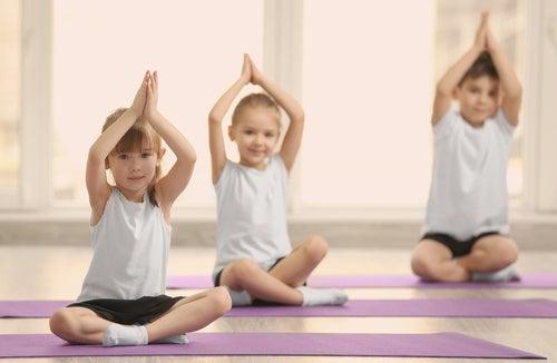 Niños haciendo yoga.