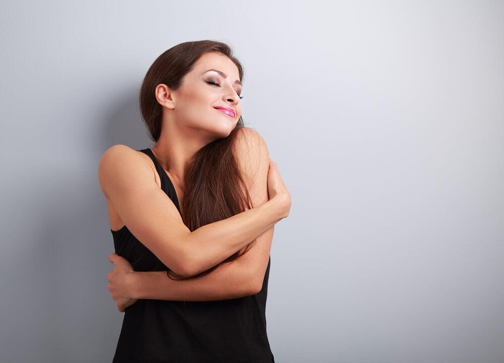 chica abrazándose simbolizando el respeto hacia ti mismo