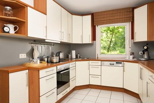 una de las formas ms comunes de organizacin en la cocina esto es ideal para las cocinas cuadradas donde todo tiene que organizarse geomtricamente - Cocinas Cuadradas