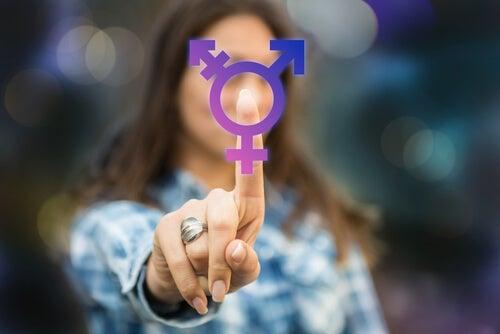 Mujer apuntando a los símbolos de los sexos
