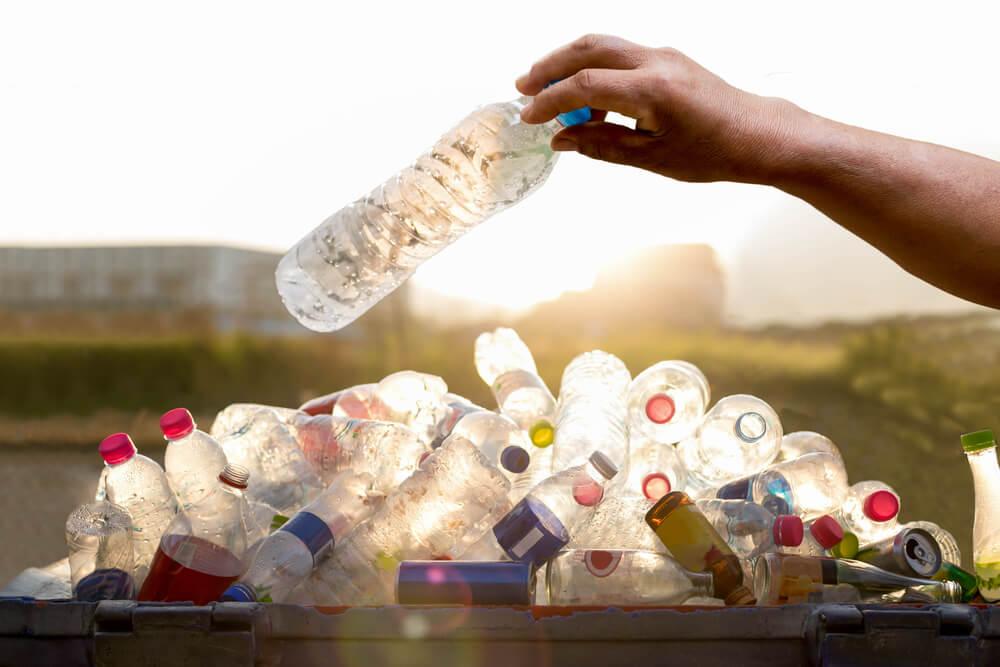 Luz en botellas de plástico