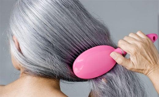 Por qué se reduce la melanina en el cabello
