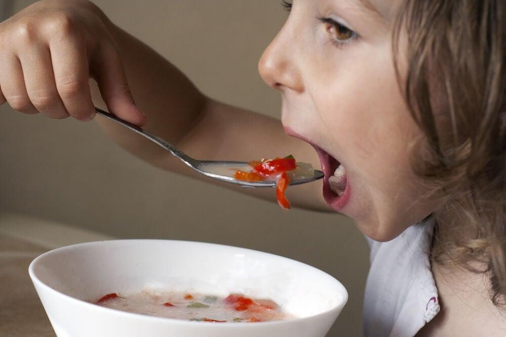 Qué puede causar el suministro excesivo de complementos vitamínicos a los niños