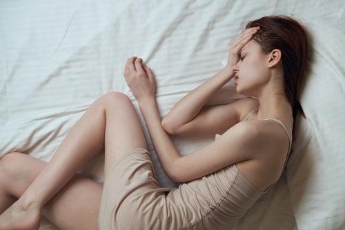 Mujer-con-molestias-por-menstruacion-abundante