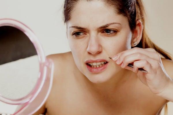 Mujer depilándose el labio superior