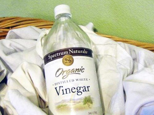El vinagre blanco es bueno para eliminar las manchas de la ropa.