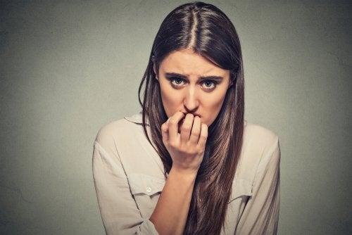 mujer que intenta superar un ataque de ansiedad