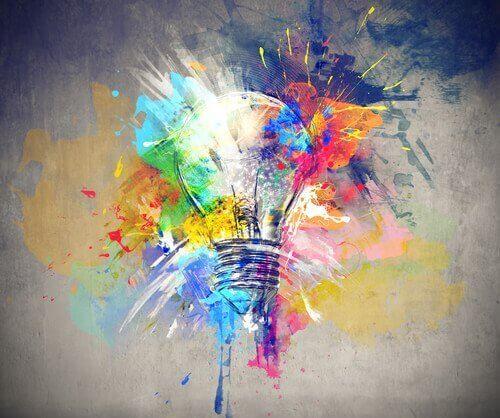 Bombilla con colores para representar el desarrollo de la creatividad