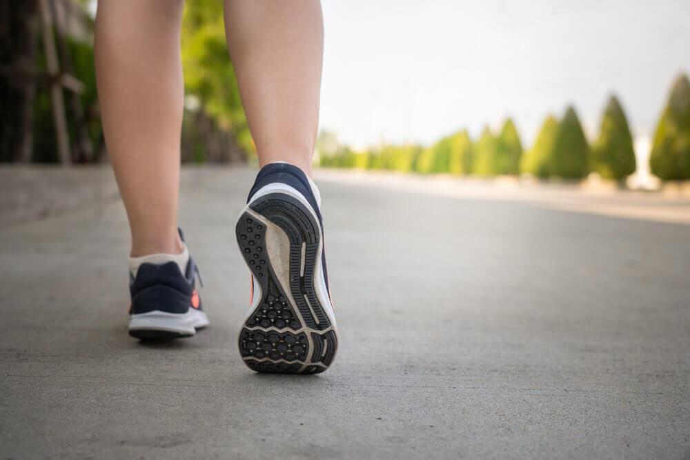 Caminar como forma de hacer deporte para tener salud.